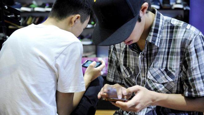 Многие молодые люди сегодня считают электронную почту слишком официальной для общения друг с другом и предпочитают ей разные мессенджеры