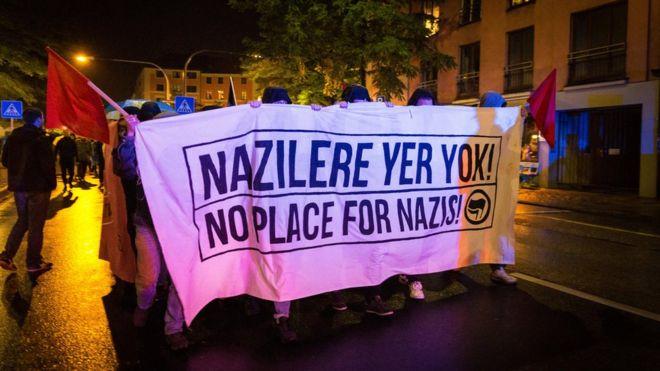 """Растяжка """"Нет места расизму"""" на акции протеста против """"Альтернативы для Германии"""""""