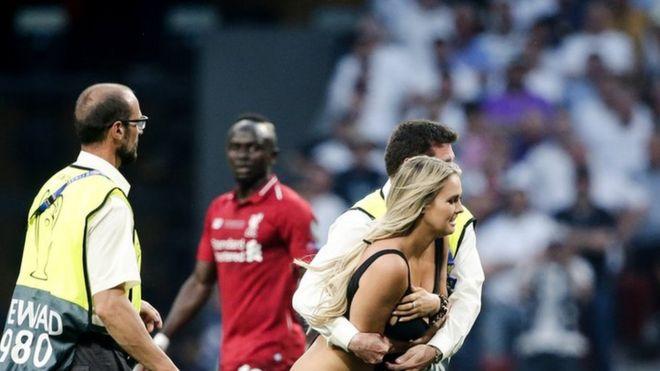 فتاة تقتحم الملعب
