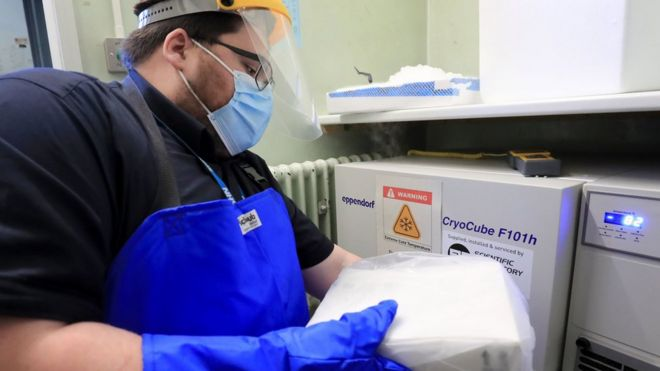 Profissional transporta vacinas no hospital universitario de Croydon, no Reino Unido