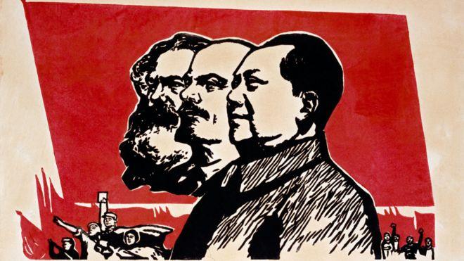 Um poster que mostra imagens de Karl Marx, Lenin e Mao Mao Tsé Tung.