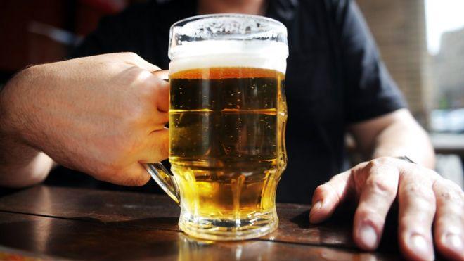 Homem bebendo cerveja