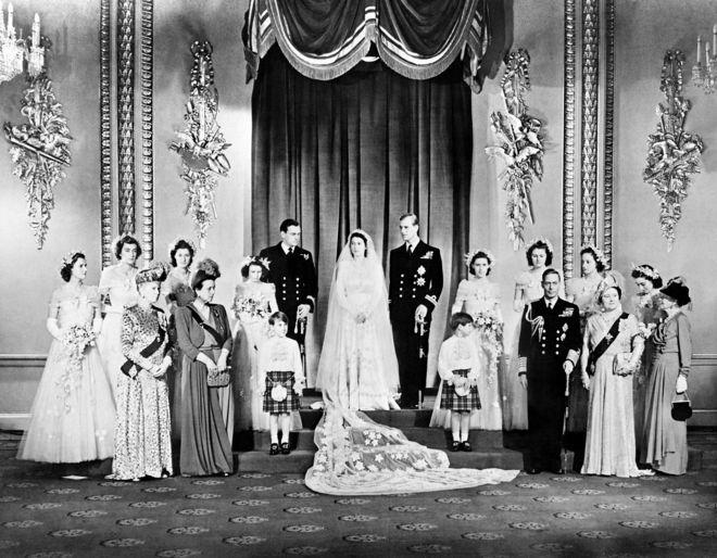 Thành viên gia đình hoàng tộc Anh và khách mời chụp ảnh cùng Công chúa Elizabeth và Hoàng tử Phillip tại Phòng Ngai vàng trong Cung điện Buckingham trong ngày cưới của họ 20/11/1974