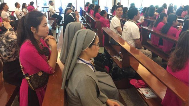 Lê Thị Hồng (áo đỏ) là một trong số hàng ngàn giáo dân từ Việt Nam sang Thái Lan dịp này, mong được diện kiến Giáo Hoàng Francis