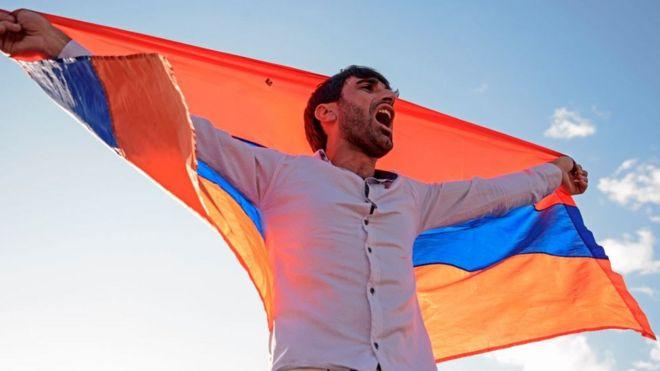Человек с армянским флагом