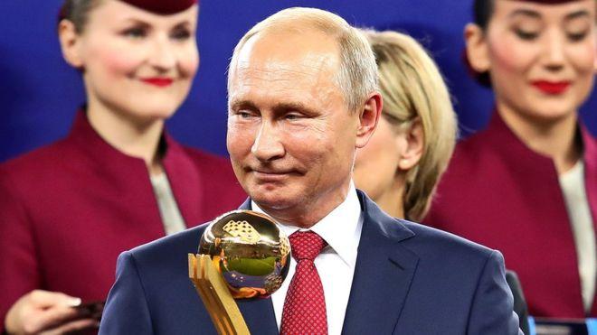 Le président russe Vladimir Poutine attend le titre de joueur du tournoi après la finale de la Coupe du Monde de la FIFA, Russie 2018 du 15 juillet 2018