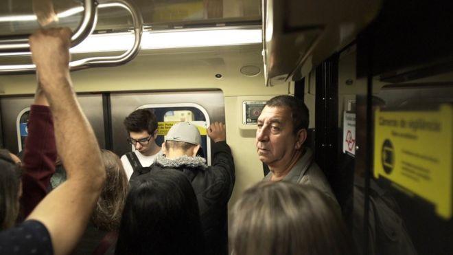 Porteiro Ludovico em metrô no caminho para o trabalho