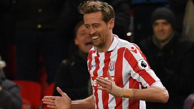 Mshambuliaji wa Stoke na Uingereza Peter Crouch, 36, analengwa kusajiliwa na Chelsea baada ya majeruhi kumnyima Andy Carroll , 29, fursa ya kuhamia klabu hiyo.(Telegraph)