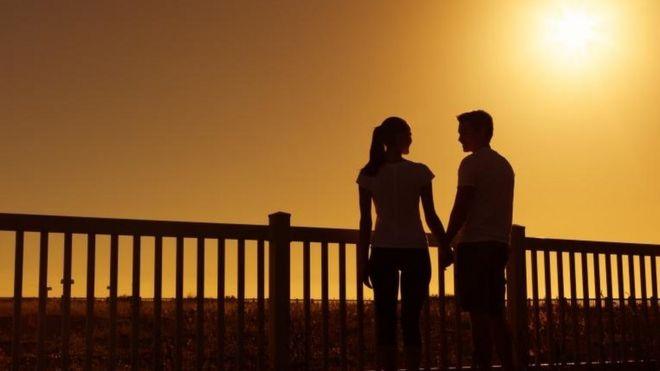Silueta de una pareja de un hombre y una mujer.