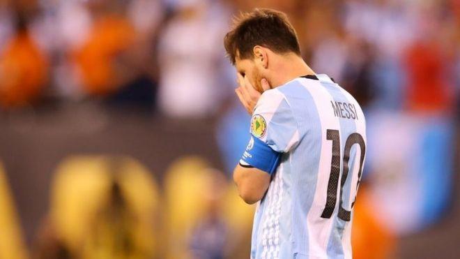 Лионель Месси # 10 из Аргентины реагирует после того, как пропустил пенальти против Чили во время матча чемпионата Копа Америка Сентенарио на стадионе MetLife 26 июня 2016 года в Восточном Резерфорде, Нью-Джерси.