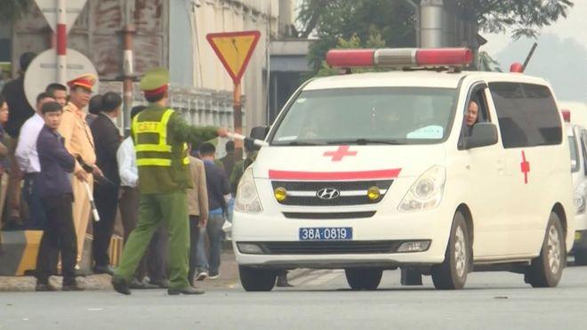 Nhiều xe cứu thương được điều tới sân bay sáng 27/11 để chở thi hài nạn nhân về quê nhà.