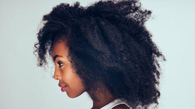 Una joven con afro