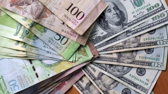 Dólares y bolívares.