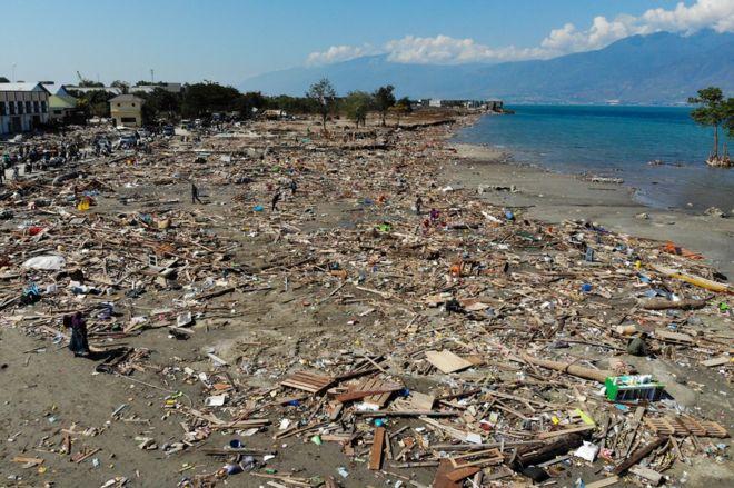 Escombros en la playa de Palu, Indonesia
