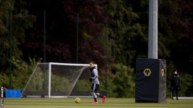 تیمهای لیگ برتر فوتبال انگلیس از فردا تمرین گروهی میکنند دن روآن و سیمون استون، بیبیسی