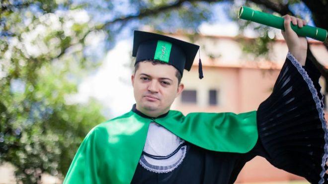 Enã Rezende com o diploma
