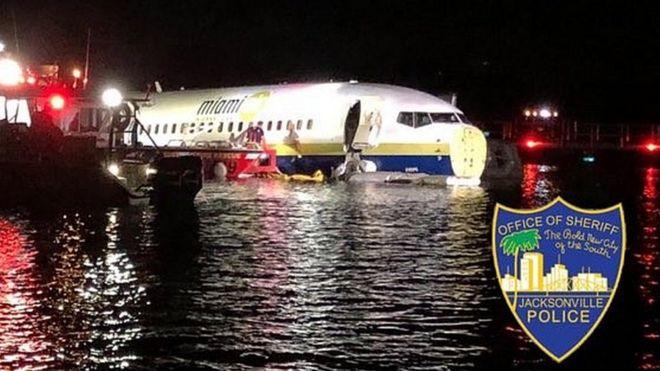 Боинг-737 в реке