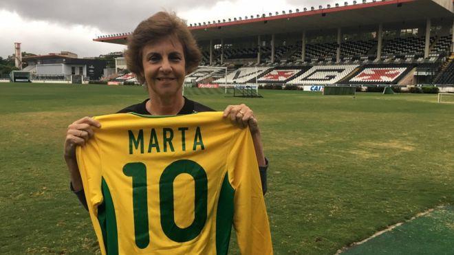 Image caption Helena Pacheco foi impedida de cursar futebol na faculdade e  revelou a melhor jogadora do mundo  91e168f575c2c