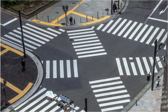 日本新宿的人行横道在疫情封城状态下没有行人