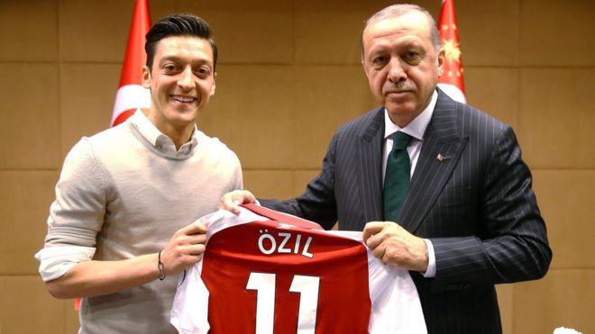 Озил ушел из сборной Германии из-за встречи с Эрдоганом
