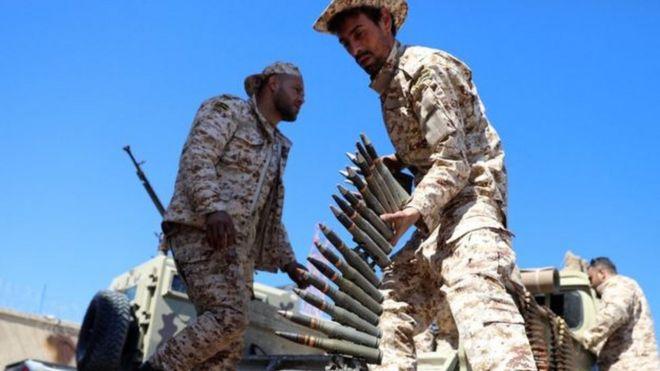 Soldados carregando munições na Líbia