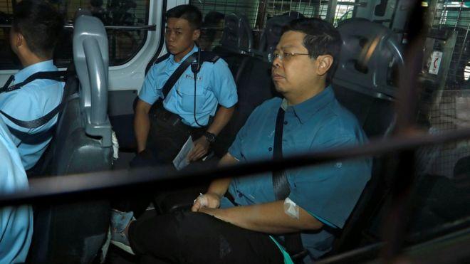林子健(右)在警方押送下抵達香港九龍城裁判法院(17/8/2017)