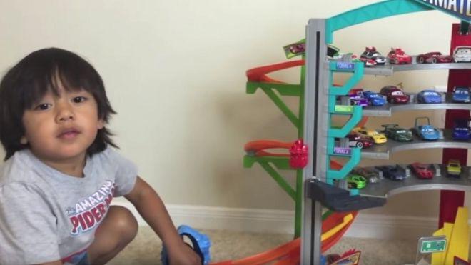 El niño que gana US$11 millones al año por desempacar juguetes en YouTube