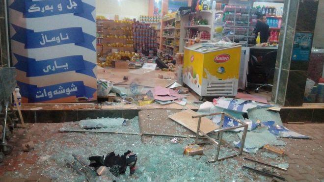 震源地に近いイラク・ハラブジャでガラスが割れるなどの被害に遭った商店