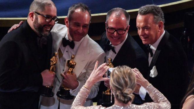 """فازت سلسلة أفلام التحريك """"توي ستوري"""" من انتاج استوديوهات """"بيكسار"""" الأحد بأوسكار ثالث منذ انطلاقها قبل 25 عاما."""