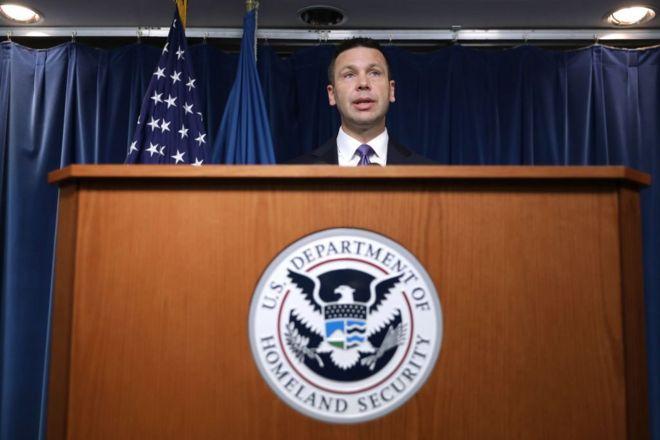 Quyền Bộ trưởng An ninh Nội bộ Hoa kỳ Kevin McAleenan trong một cuộc họp báo về việc gia đình di dân phải bị phân rẽ ở Washington DC, 21/8/2019
