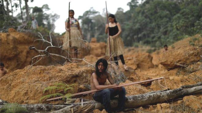 Integrantes da tribo Mura mostram uma área desmatada em suas terras