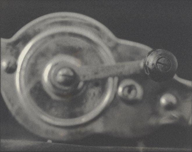 """""""La manivela"""", de 1902. Fotografía de Lindsey Beal para la serie """"Intimate Appliances"""", de 2012."""