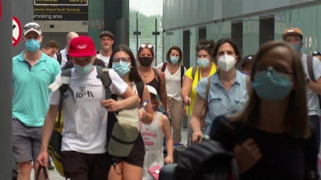 passageiros caminham em aeroporto cheio