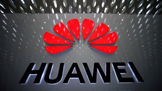 Logo da Huawei em parede de aeroporto na China