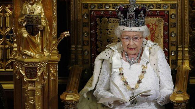 https://ichef.bbci.co.uk/news/660/cpsprodpb/44B0/production/_107948571_queen_2014_reu.jpg