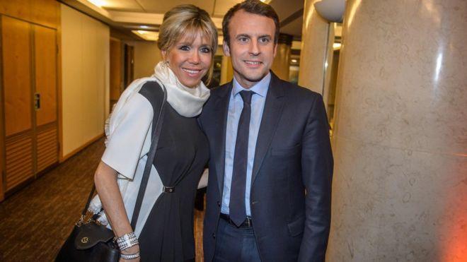 Ứng cử viên Emmanuel Macron và vợ, bà Brigitte Trogneux