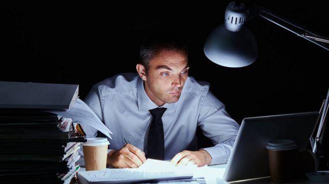Hombre trabajando de noche.