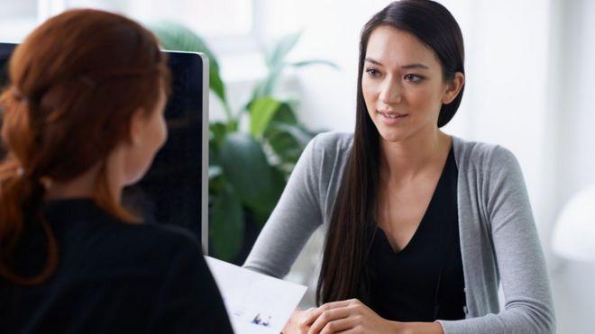 Un mujer en entrevista de trabajo