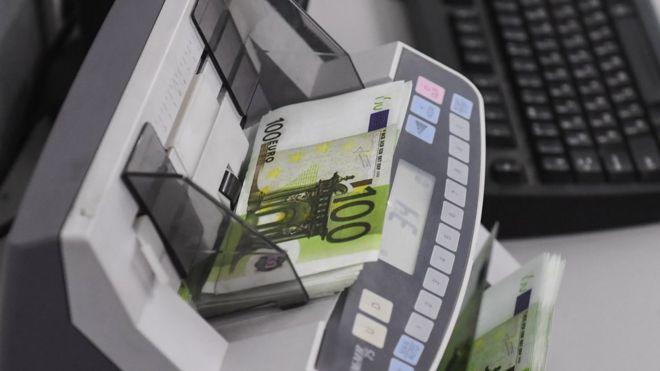 Счетная машинка и банкноты евро