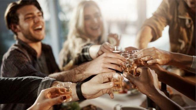 أشخاص يشربون الخمر