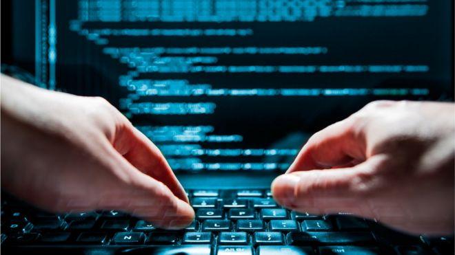 Pessoa digita em computador