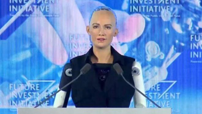 Sophia durante el momento del anuncio.