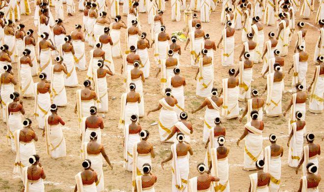 نساء يرقصن رقصة تقليدية في كيرالا