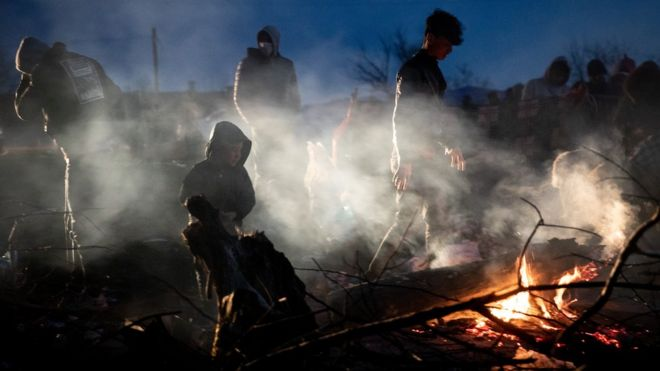 مجموعة من المهاجرين على الحدود اليونانية