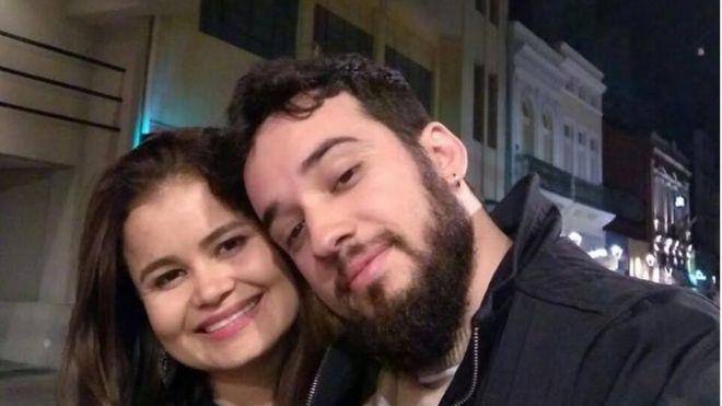 Nilton Barreto dos Santos y su esposa, Samia.
