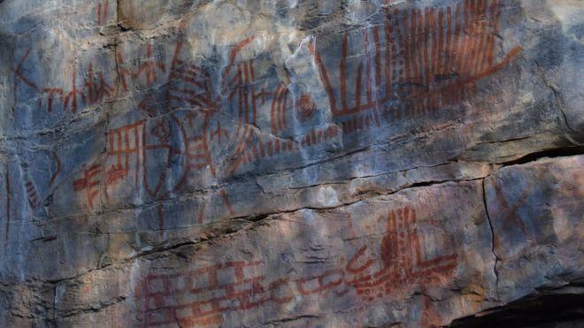Pinturas rupestres em rocha no sertão da Bahia
