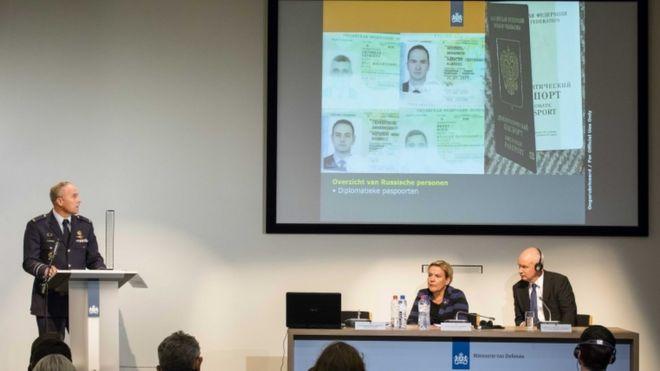 荷蘭國防部長拜勒費爾德(Ank Bijleveld,圖左)在記者會公開拘留俄羅斯特工的詳情。