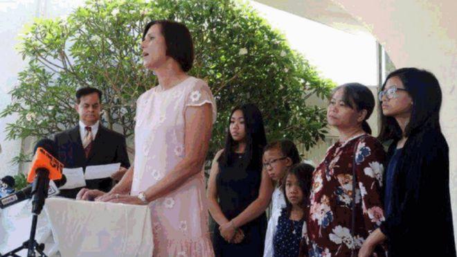 Helen Nguyễn, vợ của ông Michael Phương Minh Nguyễn cùng các con gái khi Dân biểu Mimi Walters phát biểu tại cuộc họp báo hôm 2/8