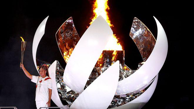 لاعبة التنس اليابانية ناعومي أوساكا تضيء الشعلة الأولمبية