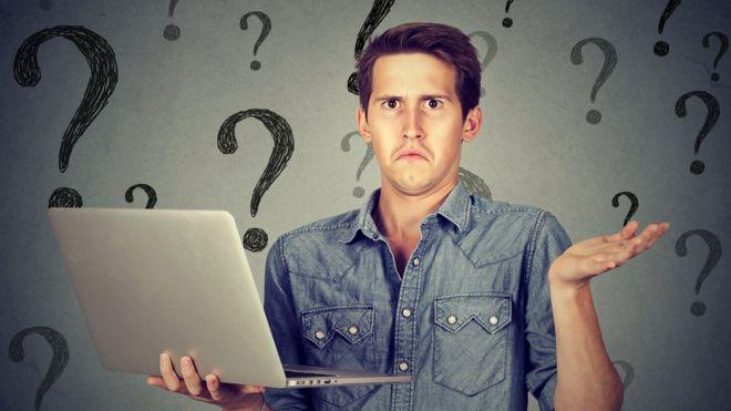 Hombre sosteniendo laptop